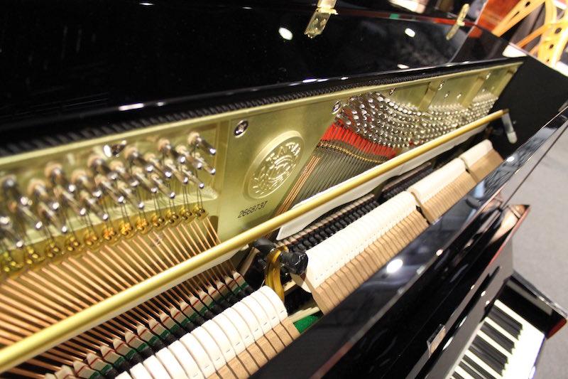 1 - In primo piano la barra che si frappone tra corde e martelletti di un silent piano azionabile dall'esecutore, per impiegare la generazione sonora digitale dello strumento