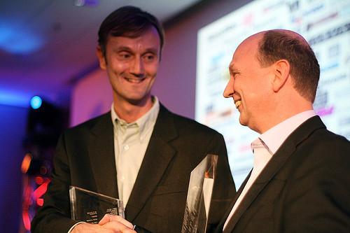 A sinistra, Greg Hendershott premiato con il MIPA al Musikmesse 2007, per la console Roland V-Studio