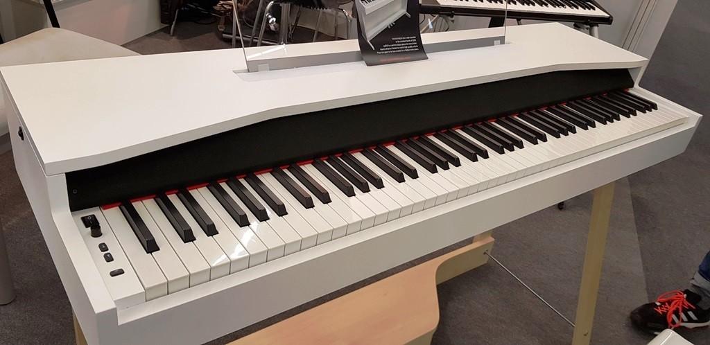 La versione presentata al Musikmesse con il piccolo parco controlli spostato sulla sinistra della tastiera