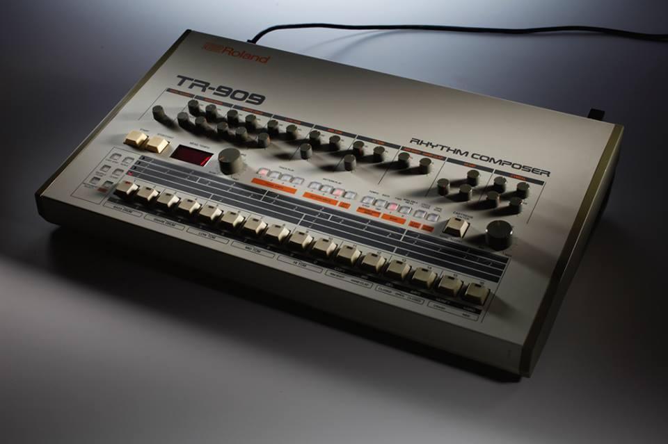 La storica drum machine Roland TR-909