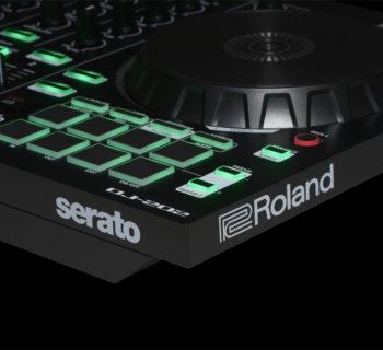Roland DJ-202 hardware controller dj console test strumenti musicali