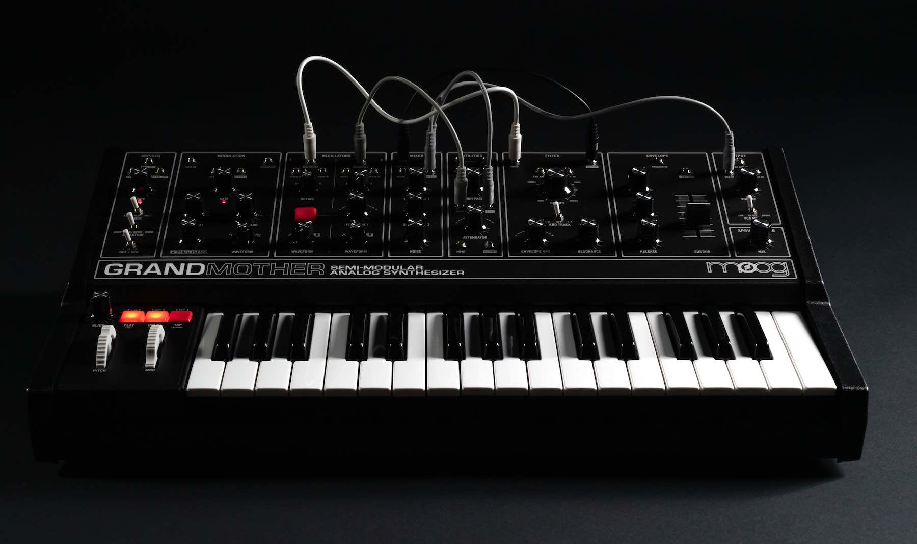 Moog Grandmother dark synth hardware midiware music producer strumenti musicali